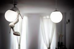 Scarpe bianche di belle nozze dell'interno Fotografia Stock