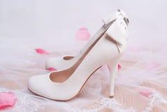 Scarpe bianche di lusso di nozze con gli archi. Fotografia Stock Libera da Diritti