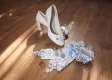 Scarpe bianche di nozze sul pavimento Fotografia Stock Libera da Diritti
