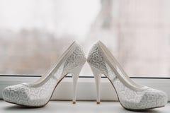 Scarpe bianche eleganti di nozze della sposa Fotografia Stock Libera da Diritti