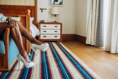 Scarpe bianche pelate scure della donna di colore delle gambe immagine stock libera da diritti
