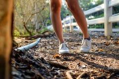 Scarpe bianche sulla terra Fotografia Stock