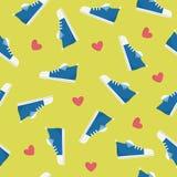 Scarpe blu casuali di sport sul modello senza cuciture del fondo verde - illustrazione piana di vettore di stile Fotografie Stock Libere da Diritti