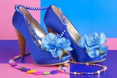 Scarpe blu con la collana Fotografia Stock