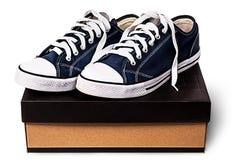 Scarpe blu scuro di sport sulla scatola di cartone Immagine Stock Libera da Diritti