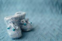 Scarpe blu tricottate del neonato Fotografie Stock