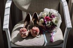 ` Scarpe casuali e lussuose di s delle donne Scarpe del ` s delle donne sul letto Tante scarpe differenti Immagine Stock Libera da Diritti