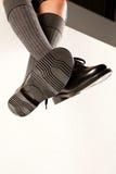Scarpe ciondolanti della scuola dei ragazzi Immagine Stock