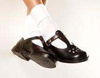 Scarpe ciondolanti della scuola delle ragazze Fotografie Stock Libere da Diritti