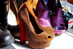 Scarpe con la zeppa arancio in rilievo dei tacchi alti Fotografie Stock Libere da Diritti