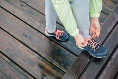 Scarpe correnti di sport dell'allacciamento della donna Fotografia Stock