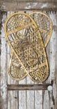 Scarpe d'annata della neve sulla porta di legno dipinta Fotografia Stock Libera da Diritti