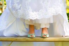 Scarpe d'uso di nozze della sposa Immagini Stock