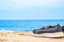 Scarpe da corsa dal lato della spiaggia fotografia stock libera da diritti