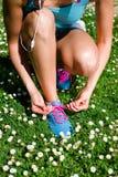 Scarpe da corsa dell'allacciamento della donna in primavera Immagini Stock
