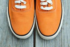 Scarpe da tennis arancioni Fotografia Stock Libera da Diritti