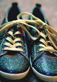 Scarpe da tennis brillanti cosmiche Fotografia Stock
