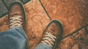 Scarpe da tennis casuali del ` s degli uomini di modo di stile di vita immagini stock