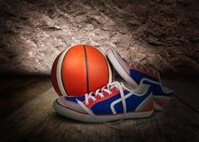 Scarpe da tennis colorate del mens con la sfera arancione Fotografia Stock Libera da Diritti