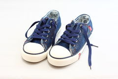 Scarpe da tennis dei jeans Fotografie Stock