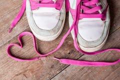 Scarpe da tennis del ` s delle donne anziane con i pizzi rosa sui bordi anziani Come scegliere le nuove scarpe da tennis? Fotografie Stock