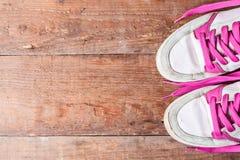 Scarpe da tennis del ` s delle donne anziane con i pizzi rosa sui bordi anziani Come scegliere le nuove scarpe da tennis? Immagine Stock Libera da Diritti