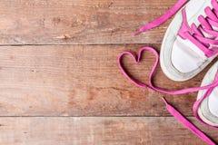 Scarpe da tennis del ` s delle donne anziane con i pizzi rosa sui bordi anziani Come scegliere le nuove scarpe da tennis? Copi lo Fotografie Stock Libere da Diritti