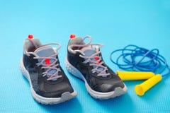 Scarpe da tennis e articolo sportivo immagine stock