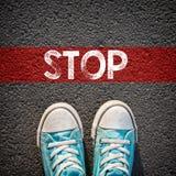 Scarpe da tennis e fermata maschii di parola Fotografia Stock Libera da Diritti