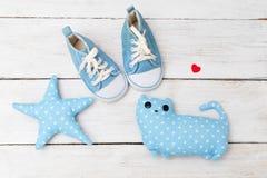 Scarpe da tennis e giocattoli del ` s dei bambini Disposizione piana Immagine Stock