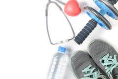 Scarpe da tennis e ruota di forma fisica con lo stetoscopio isolato fotografie stock