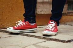 Scarpe da tennis o scarpe rosse Immagini Stock Libere da Diritti