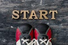 Scarpe da tennis prima dell'inizio di parola Fondo scuro Fotografia Stock
