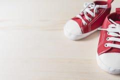 Scarpe da tennis rosse del bambino Immagini Stock