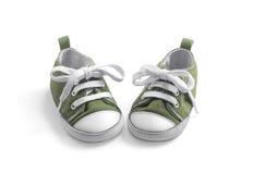 Scarpe da tennis separate del bambino su bianco Immagini Stock Libere da Diritti