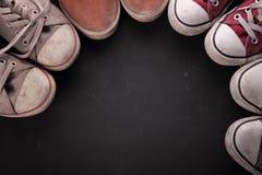 Scarpe da tennis sporche nel cerchio per lo spazio della copia Fotografie Stock Libere da Diritti