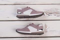 Scarpe da tennis su fondo di legno Fotografia Stock