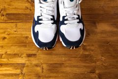 Scarpe da tennis su vecchio retro fondo di legno fotografie stock libere da diritti
