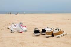 Scarpe da tennis sulla spiaggia Fotografia Stock