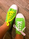 Scarpe da tennis verdi immagine stock