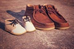 Scarpe del figlio e del padre Fotografie Stock