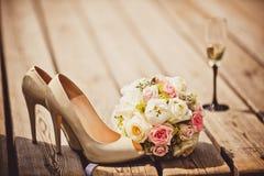 Scarpe del mazzo e della sposa di nozze Fotografie Stock