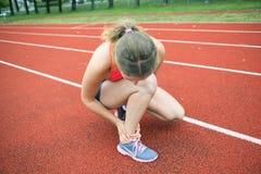 Scarpe del piede della giovane donna di addestramento Fotografia Stock