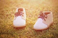 Scarpe del ` s dei bambini nell'erba Immagini Stock Libere da Diritti