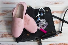 Scarpe del ` s delle donne ed accessori cosmetici fotografia stock