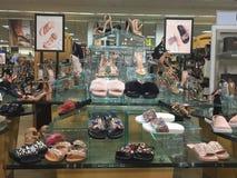 Scarpe del ` s delle donne eleganti su esposizione Immagine Stock Libera da Diritti