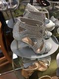 Scarpe del ` s delle donne eleganti su esposizione Fotografie Stock Libere da Diritti