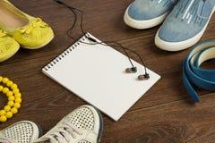 Scarpe del ` s delle donne, perle gialle, cinghia blu, cuffie nere e whi Fotografia Stock Libera da Diritti