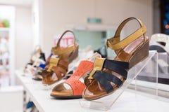 Scarpe del ` s delle donne in un negozio Immagine Stock Libera da Diritti