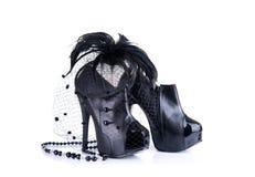 Scarpe del tacco alto, collana della perla e fascinato neri dei capelli della piuma Fotografia Stock